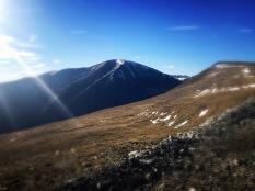 Ce sus părea muntele ăsta când eram jos.
